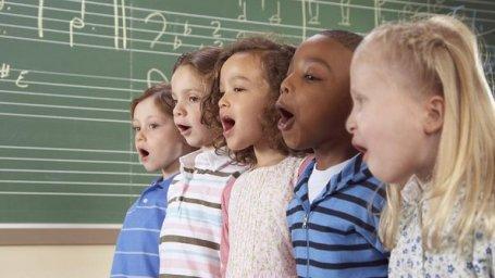 Aulas de música podem melhorar rendimento em matemática, português e leitura (Thinkstock)